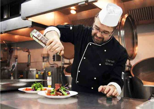 Шеф-повар готовит еду для питания в Сапсане